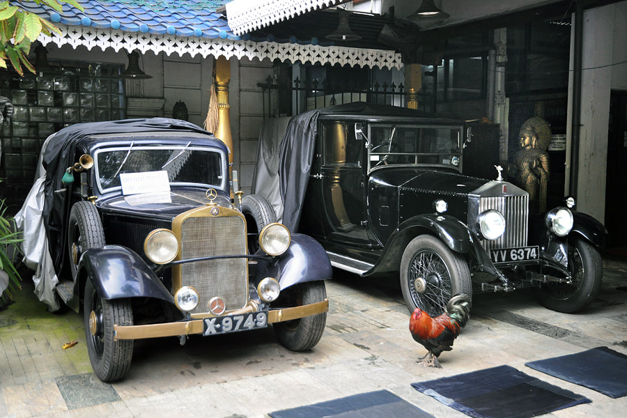 vintage cars in the Gangaramaya Museum